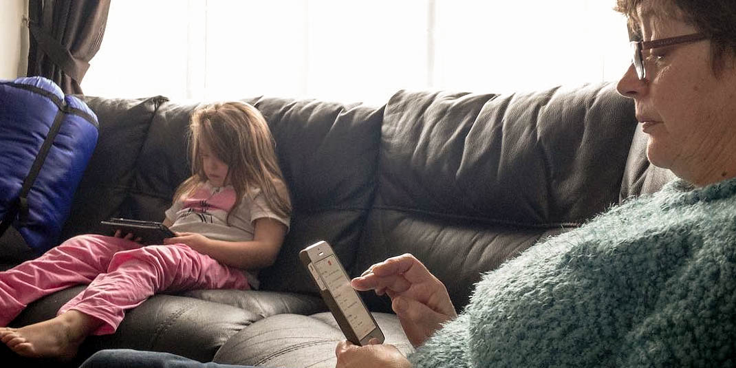 WOMAN,GIRL,DEVICES